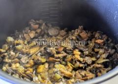 Сверху выложите оставшиеся грибы и запекайте 20 минут в режиме Выпечка
