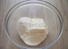В миску просейте муку, добавьте сахар и маргарин