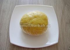 Перемешайте тесто, скатайте в шар и поставьте в холодильник на час-полтора