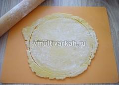 Тесто разделите на две неравных части, большую раскатайте и вырежьте круг размером диаметра чаши