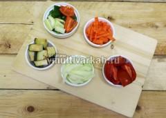 Очистите и порежьте все овощи