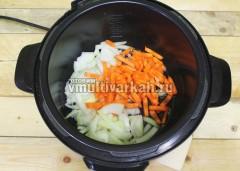 Нут откиньте на дуршлаг, в чашу налейте масло и в режиме Жарка 7 минут обжаривайте лук и морковь