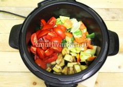 Добавьте остальные овощи и жарьте еще 7 минут