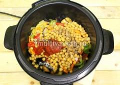 Добавьте вареный нут, томатную пасту, соль, перец, воду