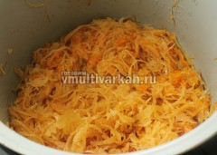 Готовую тушеную капусту для вареников выправьте на соль и переложите в тарелку остывать