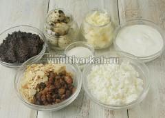 Подготовьте продукты, марлю и форму для пасхи