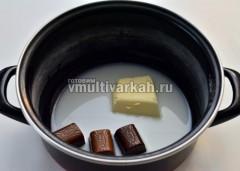 Для глазури в кастрюльку выложить конфеты, масло и молоко