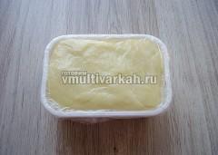 Контейнер застелить пищевой пленкой и переложить сырную массу, уплотняя, чтобы не оставалось воздуха внутри