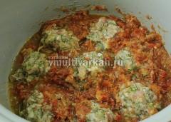 На макароны выложите по 2 ложки фарша и залейте соусом