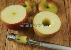 У яблок срезать шляпки, вырезать сердцевину и сделать выемки побольше