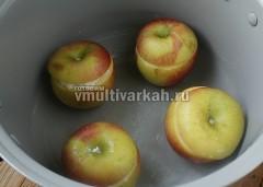 Чашу смазать маслом, выложить яблоки