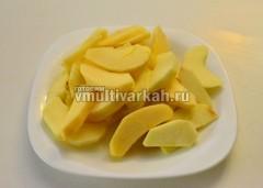 Яблоки очистить и порезать дольками