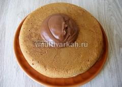 Выложить густую глазурь сверху на торт