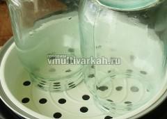Сверху установите контейнер и банки, стерилизуйте 5 минут в режиме Мультиповар 160 градусов