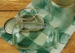 Простерилизованные банки и крышки переложите на чистое полотенце