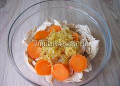 Нарежьте морковь и добавьте обжаренный ранее лук