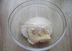 В миску выложите сливочное масло и всыпьте сахар