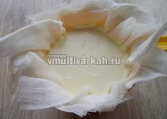 Выложите сырную масу на сложенную в несколько раз марлю и оставьте на час, чтобы стекла сыворотка