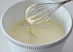 Взбить яйца с сахаром в течение 10 минут миксером