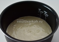 Вылить тесто и выпекать 65 минут в режиме Выпечка