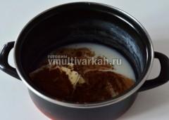 Для глазури смешать какао, сливочное масло, молоко и сахар, варить около 10 минут