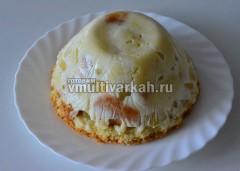 Застывший торт перевернуть на блюдо, снять пленку и салатник