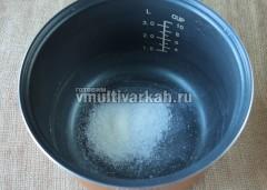 В чашу мультиварки всыпьте соль и сахар