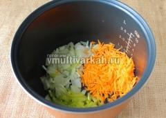 Лук, морковь и перец измельчите, влейте в чашу ложку масла, включите режим Жарка-Овощи, 10 минут