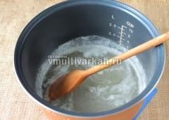 Периодически сироп помешивайте деревянной или пластиковой лопаткой