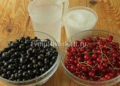 Подготовьет ягоды, сахар и воду