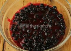 Черную смородину также хорошо промойте, очистите от хвостиков, выложите к соку-пюре из красной смородины