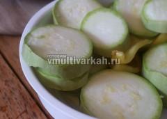 Порежьте кружочками кабачок и тоже отправьте к овощам