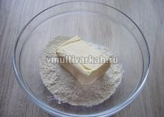 В миску просейте муку, всыпьте соль и выложите масло