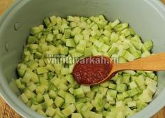 Добавьте кабачки и томатную пасту