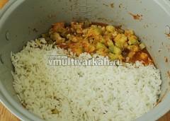 Через полчаса добавьте полуготовый рис