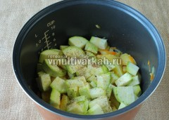 Теперь добавьте кабачок, посолите, поперчите и готовьте еще 15 минут в режиме тушение