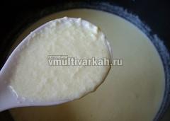 Тонкой струйкой вливать в горячее молоко и перемешивать непрерывно, прогревая смесь еще в течение 5 минут