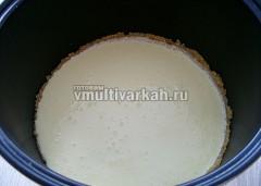 Вылить творожное тесто на основу из печенья