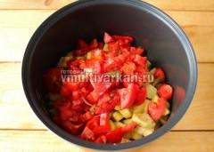 Сверху выложите нарезанные или натертые на терке помидоры, всыпьте соль, сахар и перец по вкусу