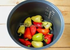 В чашу влейте масло, включите режим Жарка 10 минут, обжарьте целые перцы, переворачивая