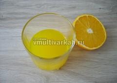 Из апельсина выдавите сок