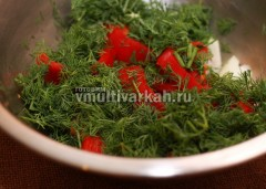 Туда же к овощами добавьте промытый и нарезанный укроп