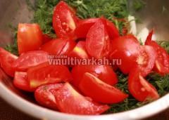 Порежьте помидоры и отправьте в миску