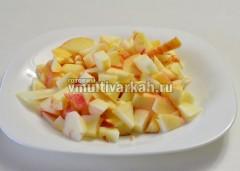Яблоки помыть и нарезать кубиками