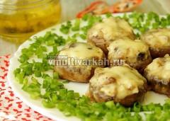 Подавать шампиньоны на блюде с зеленью или на листьях салата