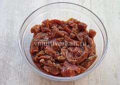 Мясо нарежьте, приправьте, залейте соевым соусом и половиной сока ананаса, оставьте на ночь в холодильнике