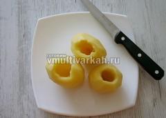 Картошку очистите и сделайте отверстия ножом