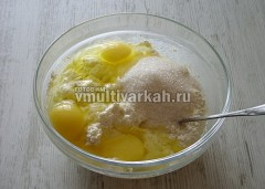 Вбейте яйца и добавьте сахар