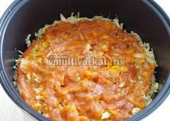 Сверху смазать томатной пастой и залить водой до половины объема