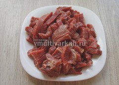 Мясо промыть, очистить от пленки и нарезать соломкой